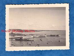 Photo Ancienne Snapshot - GRANVILLE - Le Port - 1950 - Bateau Militaire ? En Ruine à Identifier - Manche Normandie Grue - Bateaux