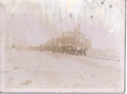 TRAIN A L'ARRET   DRAPEAUX TRICOLORES SUR LA LOCOMOTIVE   PHOTO SEPIA 16 Mai 1912 - Treni