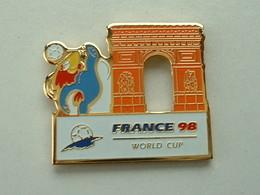 PIN'S FOOTBALL COUPE DU MONDE FRANCE 98 - FOOTIX -  ARC DE TRIOMPHE - Calcio