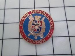 1520 Pin's Pins / Beau Et Rare / THEME : MILITARIA / GENDARMERIE GARDE REPUBLICAINE TOURNON L'apache ! - Army