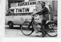 Volkswagen Combi Pour La Journal 'Tintin' Avec A Cote Tintin Sur Une Mobylette   -  15x10cms PHOTO - Trucks, Vans &  Lorries