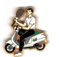 Pin's Tennis Roland Garros Scooter Peugeot Zamac Arthus Bertrand - Arthus Bertrand
