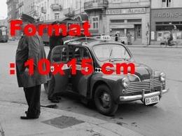 Reproduction D'une Photographie Ancienne D'un Chauffeur Mettant Une Valise Sur Un Petit Taxi à Bâle En Suisse En 1952 - Reproducciones