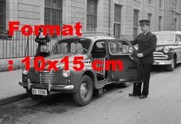 Reproduction D'une Photographie Ancienne D'un Petit Taxi Avec Conducteur Ouvrant La Porte à Bâle En 1952 - Reproducciones