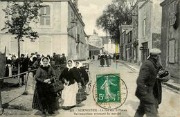 Noirmoutier * La Rue Des Deux Places , Noirmoutrines Revenant Du Marché * Cosume Coiffe Coiffes * épicerie LAUBIGNAT - Noirmoutier