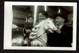 1952 - Photo 9,5 X 6 Cm - Carrousel Manège Cheval - Enfant Jeune Garçon - Foire Forain - Ostende Fore Groenselmarkt - Anonymous Persons