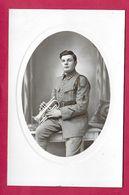 Ancienne CARTE PHOTO 14 X 9 Cm.. MILITAIRE Porte Le Numéro 13 Au Col Avec TROMPETTE - Krieg, Militär