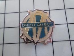 1620 Pin's Pins / Beau Et Rare / THEME : SPORTS / FOOTBALL MARSEILLE OLYMPIQUE DROIT AU BUT - Football