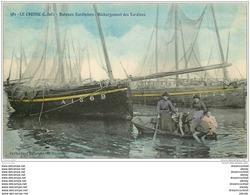 44 LE CROISIC. Bateaux Sardiniers. Déchargement Des Sardines Par Des Femmes - Le Croisic