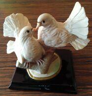 Décoration En Résine Sur Branche Deux Colombes Posées Sur Socle En Bois - Birds