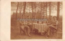 CARTE PHOTO ALLEMANDE     BOHAIN  1918  OFFICIERS (au Fond) UNE USINE - Frankreich