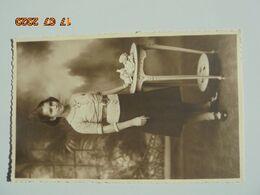 """Carte Photo Sur Papier Photographique De Guilleminot-Boesfplug """"2"""" Jeune Fille, Gueridon, 1930s? - Photographs"""