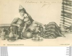WW ALGERIE. Scènes Et Types. Bédouines Aux Seins Nus Dans Leur Intérieur 1914 - Scenes