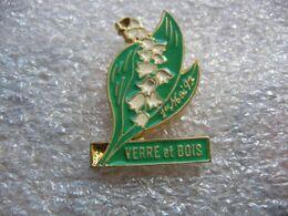 Pin's D'un Brin De Muguet. 1er Mai 93, Verre Et Bois - Pins