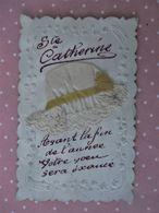 Cpa Dentellé & Gauffrée _SAINTE CATHERINE_ Bonnet Tissu  Avec Dentelle & Ruban Jaune_gauffrée De Branches De Muguet_1909 - Sainte-Catherine