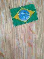 Brésil Petit Drapeau Nylon 9 Cm X 13 Cm Tige Métal - Obj. 'Remember Of'