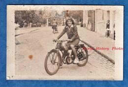 CPA Photo - Ville à Situer - Beau Portrait D'une Jeune Femme Sur Une Belle Moto à Identifier - Voir Moteur - A Identifier