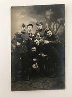 Photographie  Ancienne (1917) Groupe De Soldats Et Civils Bourbourg (Calais) Camille SONNET, Arthur VALLAEYS, A. DELHAYE - Krieg, Militär