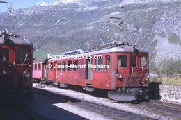 Reproduction D'une Photographie De Trains FO Arrêtés Du Chemin De Fer à Crémaillère Furka-Oberalp En Suisse En 1968 - Repro's
