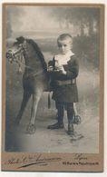 CDV - Portrait Enfant En Studio Avec Son Jouet - Cheval à Roulette - Par Photo Cie Américaine à Lyon (ca 1900) (BP) - Photos