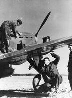 Mécaniciens Entretenant Un Avion- Repro SHAA - Aviation