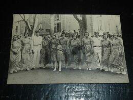 CARTE PHOTO PRISE PENDANT LA FERIA D'AGDE - GOUPE DE DANSEUSE FEMININE + 2 HOMMES - 34 HERAULT (CN) - Agde