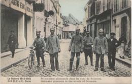 LA GUERRE 1914 - 15  PRISONNIERS ALLEMANDS DANS LES RUES DE SOISSONS  - WW1 - CASQUE A PONTE -  COULEURS -(2 SCANS) - Guerre 1914-18
