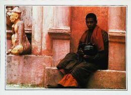 Birmanie Monk At Shwedagon    Années   80s - Postales