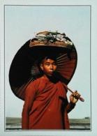 Birmanie Prome ,nonne Durant Quete Nourriture   Ombrelle   Années   80s - Postales