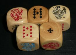 Rare Jeu De 5 Dés DES Polychromes, Dame Roi Valet As Neuf Dix, DE Dé En Bois (buis/houx), Poker D'as - Jeux De Société