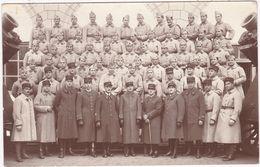 Militaria - Militaire : Carte Photo : Groupe De Soldats : 184ém  Régiment : Canons Sur Les Côtés : Guerre 1914-18 - - Guerra 1914-18