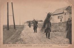 Z8- GUERRE 1914-15 - LES TRANCHEES - LES  SOLDATS APPORTENT LES FAGOTS - (ED. PAYS DE FRANCE - MILITARIA - WW1 - 2 SCANS - Guerre 1914-18