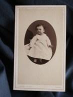 Photo CDV Gabriel Blaise à Tours - Bébé En Médaillon, Tenu Par Un Adulte, Circa 1880 L498R - Oud (voor 1900)