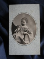 Photo CDV E. Villette à Paris - Bébé En Médaillon, Tenu Par Un Adulte, Circa 1880 L498R - Anciennes (Av. 1900)