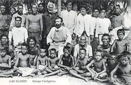 OCEANIE: KIRIBATI - ILES GILBERT < UN GROUPE D'INDIGENES AUTOUR D'UN MISSIONNAIRE - Kiribati