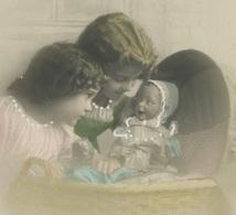 ENFANTS - LITTLE GIRL - MAEDCHEN - Jolie Carte Fantaisie Fillettes Avec Poupée Dans Berceau - Portraits