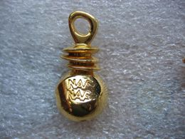 Pin's Flacon De Parfums NAF NAF, Décoration De Vetement - Parfum