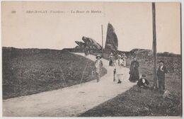 CPA Brignogan  (29) La Route Du Menhir  Jeunes Bretons Et Touristes Enchapeautés    Neurdein 388 - Brignogan-Plage