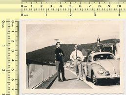 REAL PHOTO ANCIENNE , Old Car VW, Men On Bridge, Auto Voitur Automobilia   Old Photo ORIGINAL - Automobili