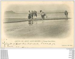 50 MONT-SAINT-MICHEL. Passage D'une Rivière à Bras D'Homme 1902 - Le Mont Saint Michel