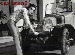 DICK RIVERS ET SON AUTOMOBILE RENAULT CHANTEUR VOITURE CAR ARTISTE PHOTO GAULMIN ROCK LES CHATS SAUVAGES - Berühmtheiten
