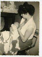 Snapshot Superbe Femme Woman Breastfeeding Allaitement Maternel Sein Bebe Nouveau Né 50s 60s - Anonieme Personen