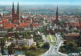 1 AK Germany Schleswig-Holstein * Blick Auf Lübeck Mit St. Marien, Holstentor Und St. Petri - Luftbildaufnahme * - Luebeck