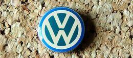 Pin's WOLKSWAGEN VW Mini Logo13 Mm Blanc Et Bleu Verni époxy Fabricant Inconnu - Volkswagen