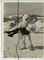 PHOTOGRAPHIE ANIMÉE. OURS BLANC Déguisé Porte Une Femme. Station De Ski De Megève Février 1958 - Foto's