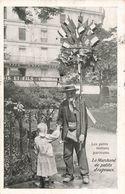 75 Paris Les Petits Métiers Parisiens Le Marchand De Petits Drapeaux Camelot Cpa Carte Voyagée Cachet 1907 - Straßenhandel Und Kleingewerbe