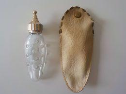 Caron Rare Miniature Flacon Oblong Dans Pochette De Cuir Bouchon Pointu Verre Avec Petits Ronds - Alte Miniaturen (bis 1960)