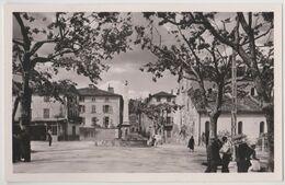 CPA Aups (83)  Le Cours Et La Fontaine, ... Son Café Ses Platanes  éditeur  Ryner 490 - Aups