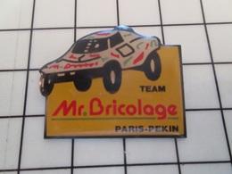 216b Pin's Pins / Beau Et Rare / THEME : SPORTS / AUTOMOBILE RALLYE PARIS PEKIN TEAM Mr BRICOLAGE BUGGY - Automobilismo - F1