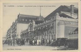 Cabourg -   La Digue : Au Premier Plan Le Casino Et Grand Hôtel  - Collection Mme Martyl, Nouveautés  (animée Voitures) - Cabourg